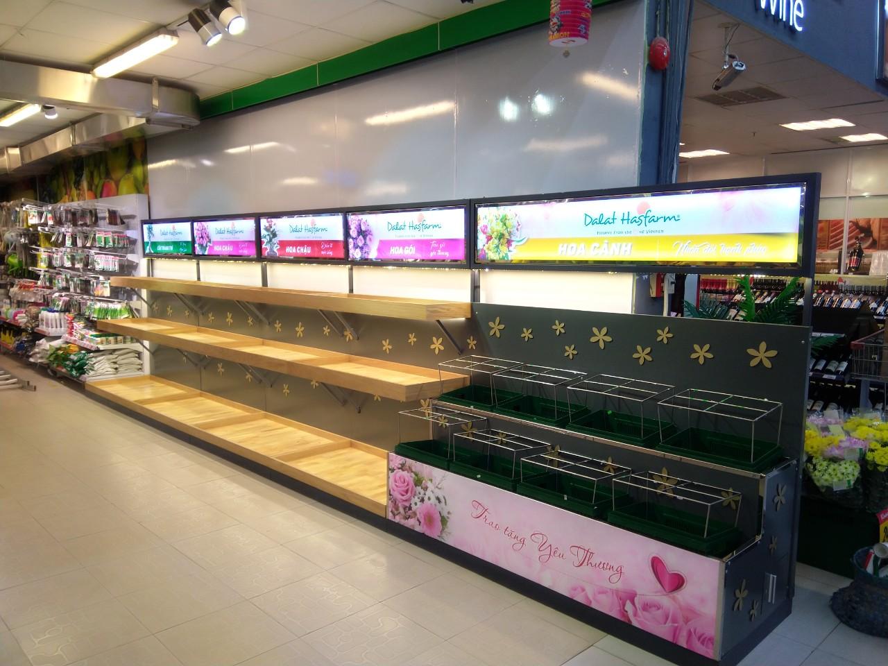 Quầy kệ hoa Dalat Hasfarm | CÔNG TY CP XD QC TM HOA SƠN ✔️ Chuyên thi công  nội thất ✔️ Kệ trưng bày ☎️ 090 303 7747 📨 hoasondecor@gmail.com